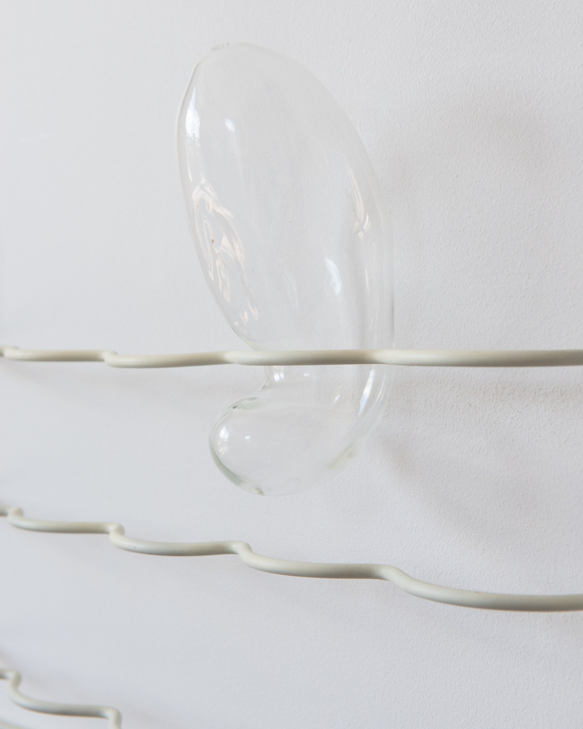 [Detail] Glass, powder coated stainless steel