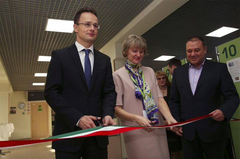 Елена Цветкова и официальные лица открывают венгерский визовый центр в Москве