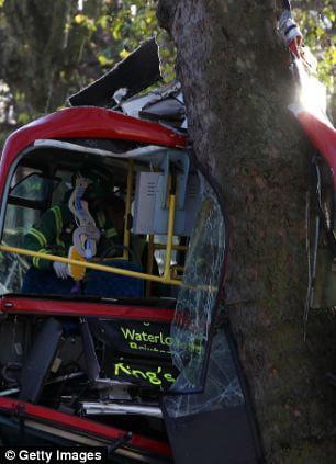 Автобус въехал в дерево