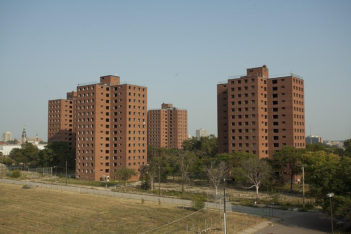 1200px-Fredrick_Douglass_Housing_Project_Towers_2010.jpg
