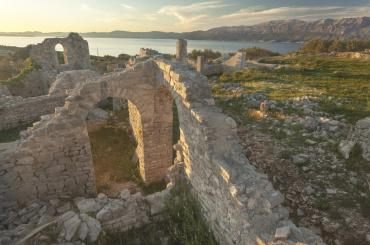 Mirje is a Late Antiquity site situated on a lovely hill, and provides a splendid view of the Brač Channel