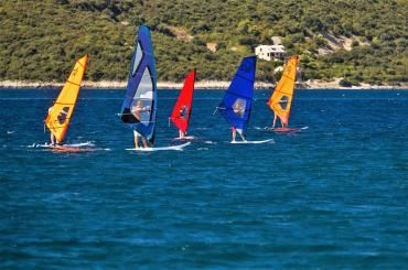 Learn to windsurf with your friends and have fun