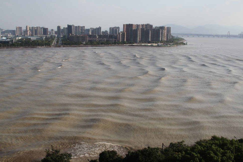 Things to do in China : Qiantang River Tidal Bore