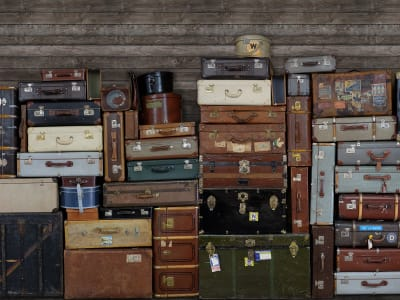 Mural de pared R14061 Stacked Suitcases imagen 1 por Rebel Walls