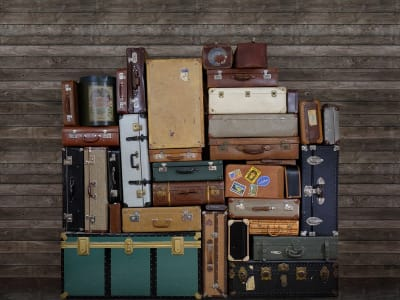 Mural de pared R14062 Stacked Suitcases, Heap imagen 1 por Rebel Walls