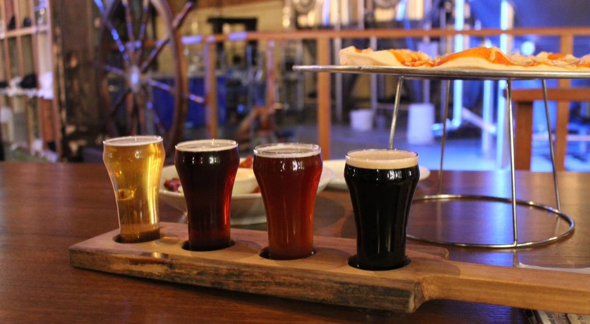 beer tasting paddle with pizza hunter valley