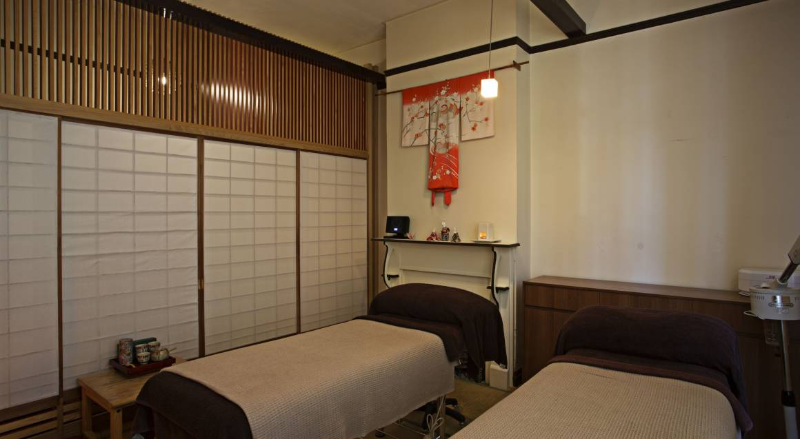 Couples Massage and Facial with Chocolates and Sparkling