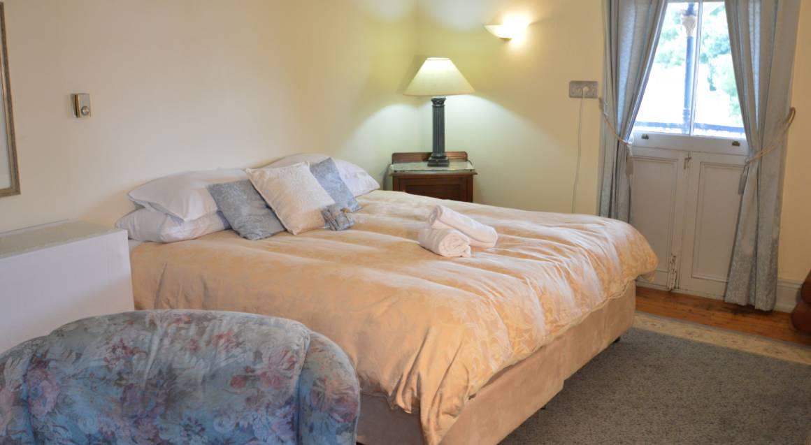 Old Vic Inn orange bedroom