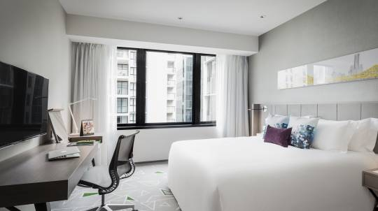 Luxury Overnight Stay in Brisbane with Breakfast and Parking