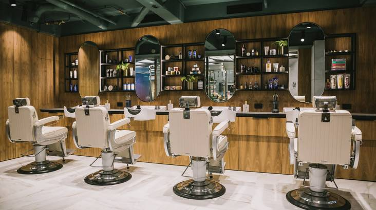 Men's Hot Towel Straight Razor Shave with Beer and Gift