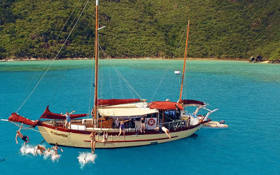 Whitsundays sail with kayak tour and meals
