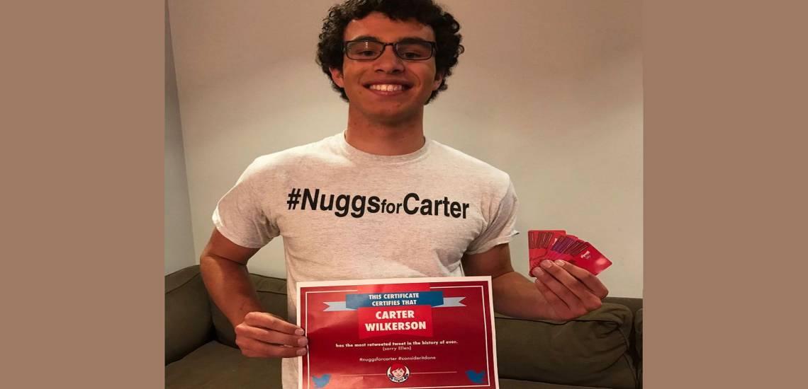 Na foto, o jovem Carter Wilkerson aceitou o desafio da rede Wendy's, caso conseguisse 18 milhões de tweets no Twitter. Ele não bateu a meta, mas levou o prêmio de poder comer nuggets em qualquer loja da rede.