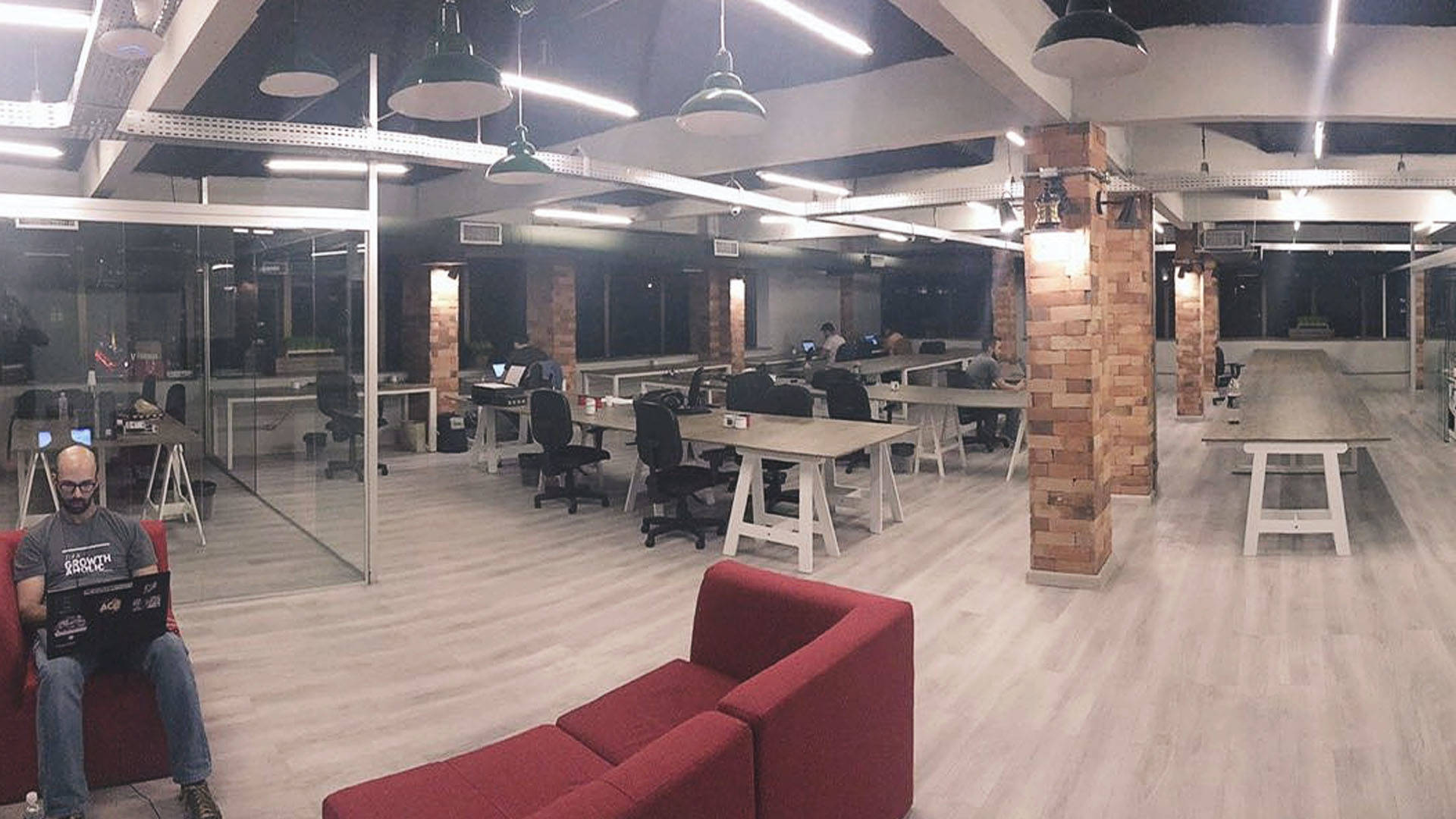 Ambiente de trabalho de uma startup e de uma aceleradora