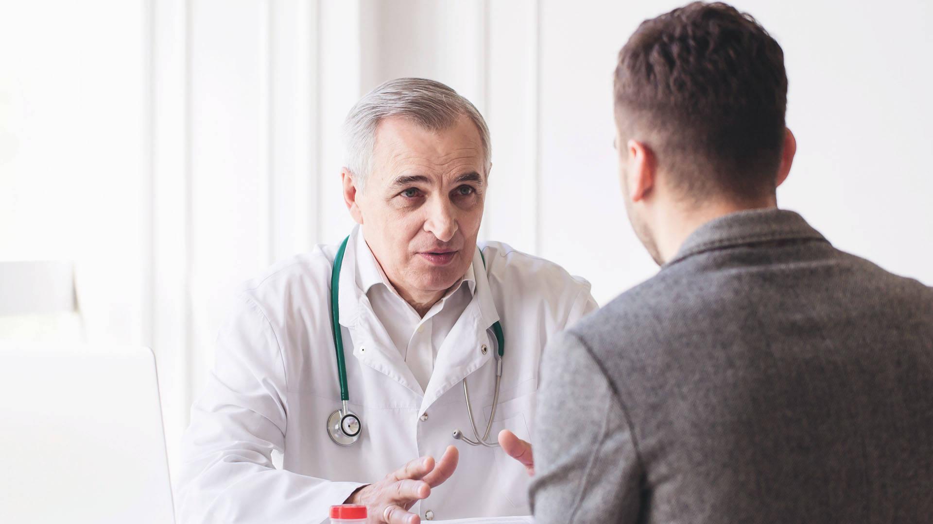 Imagem que ilustra um médico atendendo a um paciente, que está com problemas de saúde e precisa de ajuda para ter uma performance melhor na sua empresa ou trabalho.