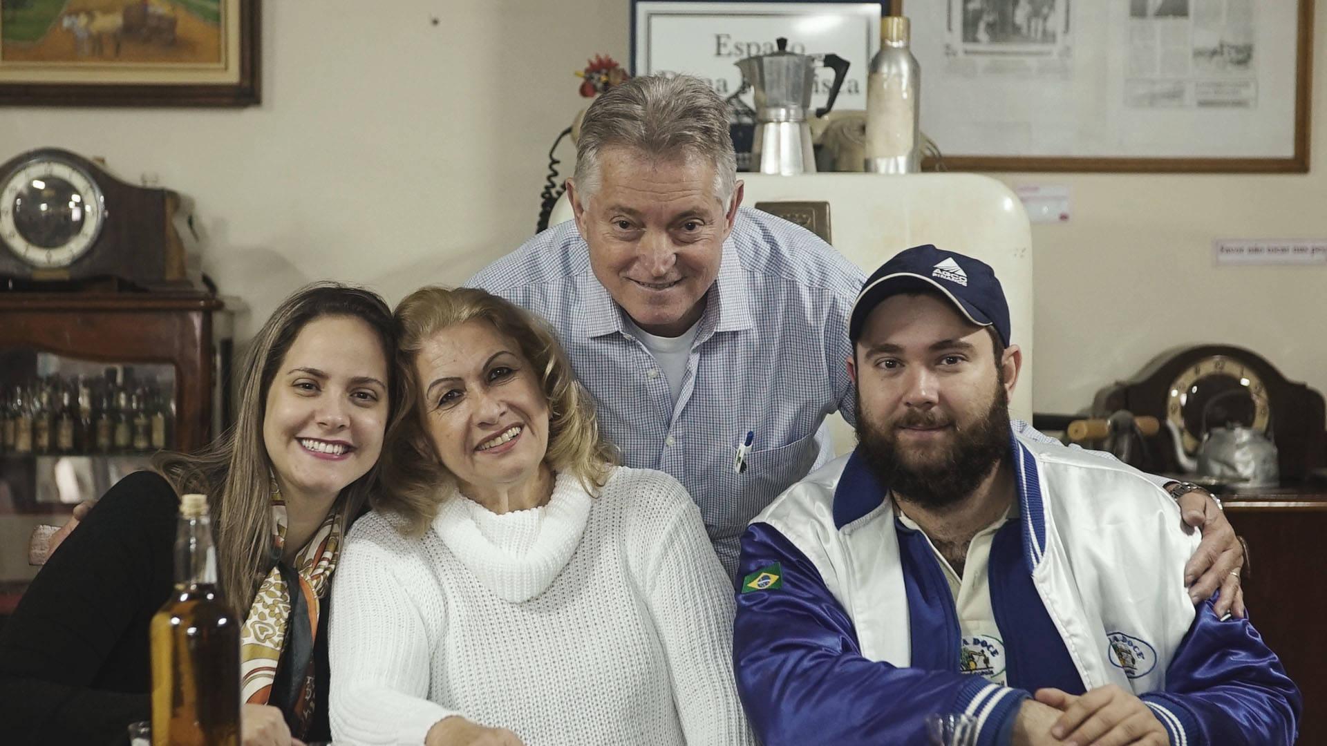 Delfino posa para foto com a sua família.