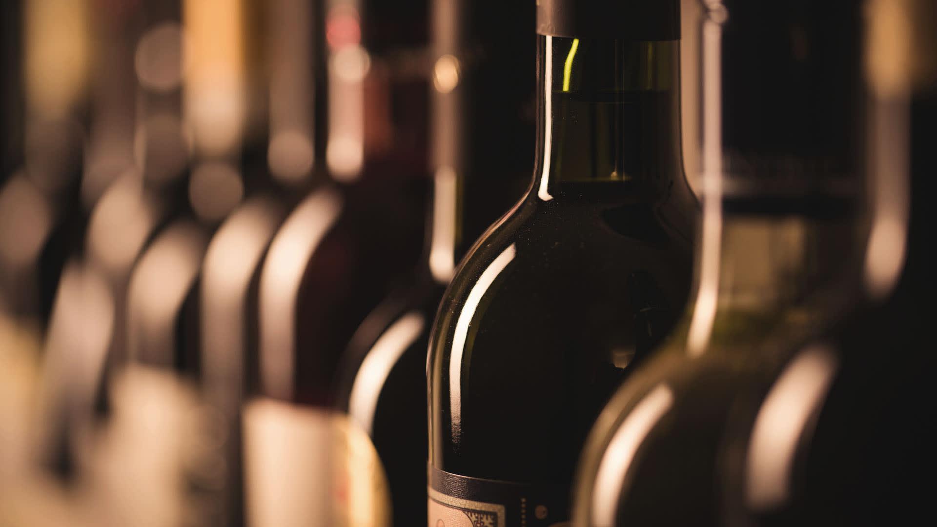 Na imagem, diversos vinhos selecionados e prontos para serem transportados.