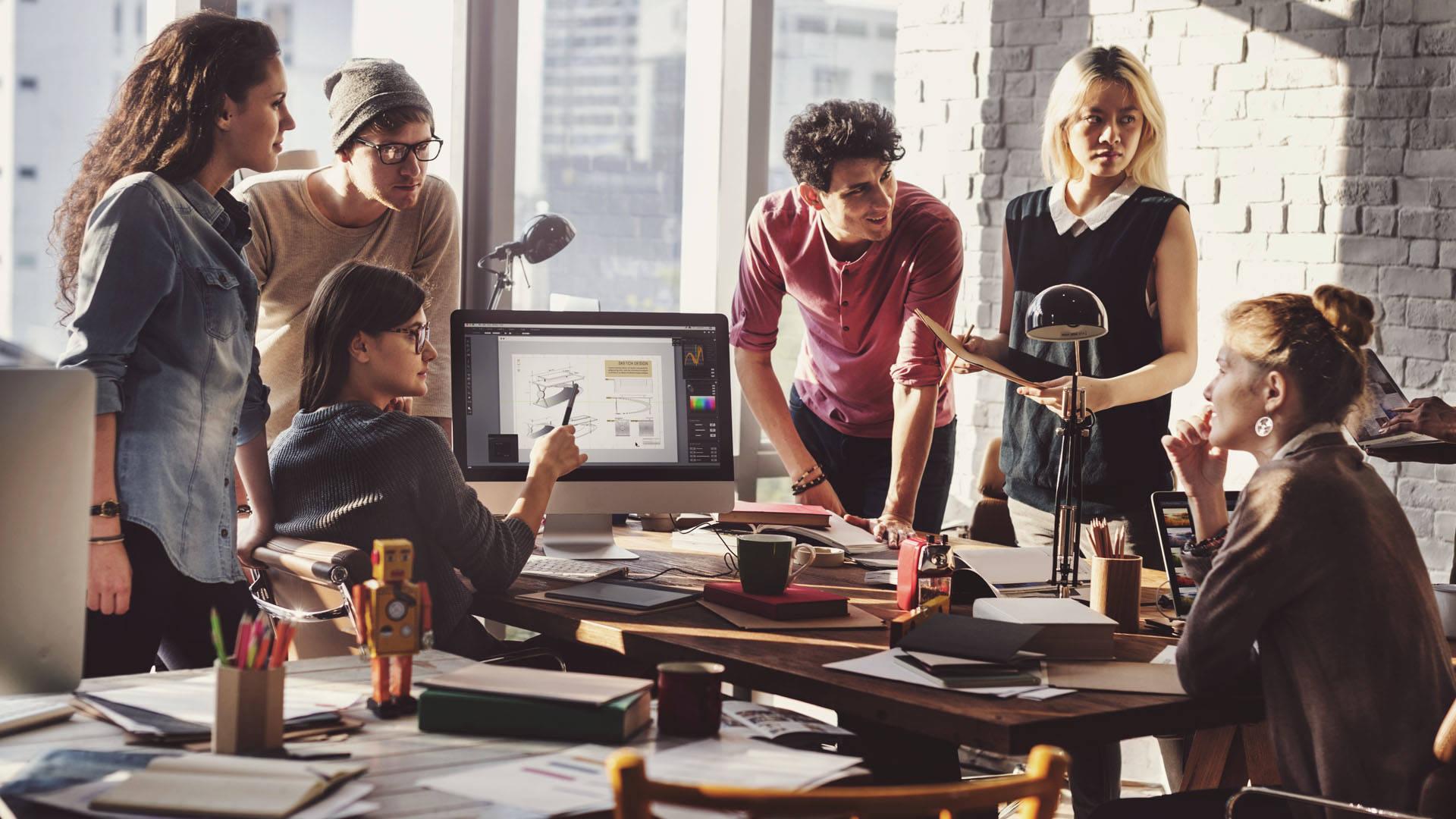 Equipe de pessoas discutindo estratégias de Agile Marketing