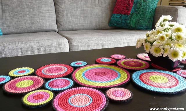 Table Runner From Plastic Canvas Circles / Diane Gilleland
