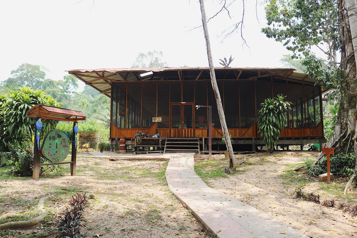 The communal dining hall at Monte Amazónico Lodge
