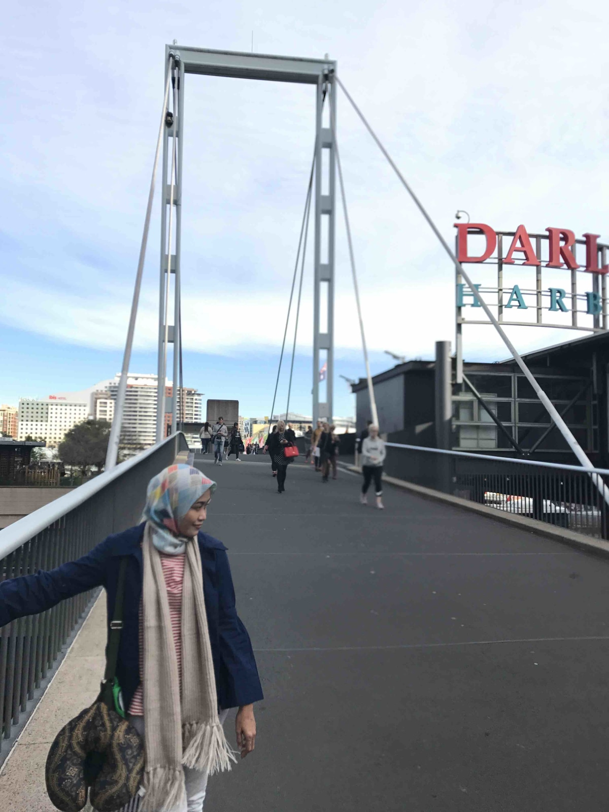 Our first stop, while we can't do check in at the motel, so we are strolling around the city... HerE we are, at the darling harbour...
