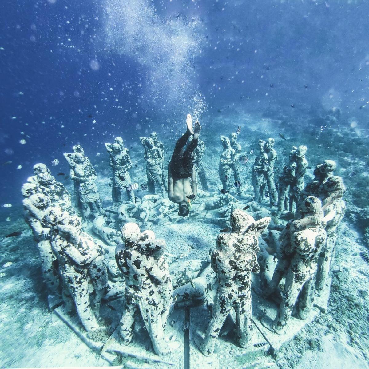 underwater statues in Gili Meno