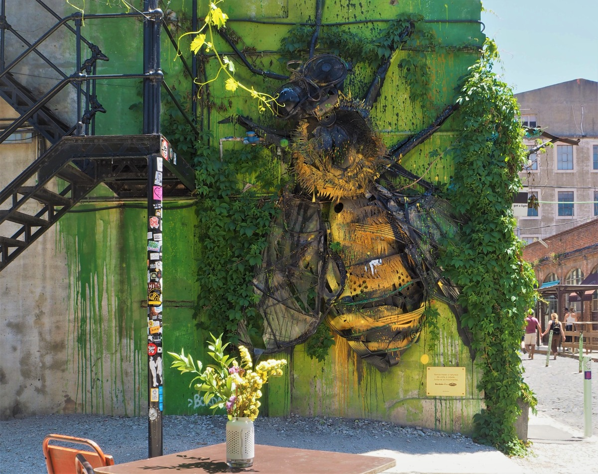 The giant bee in LxFactory.