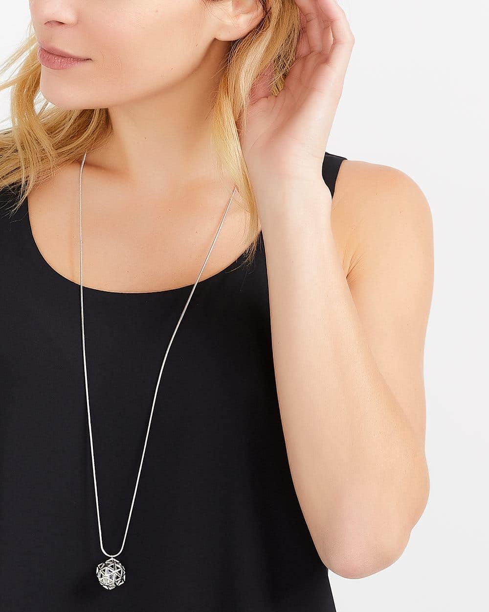 Collier long à pendentif géométrique