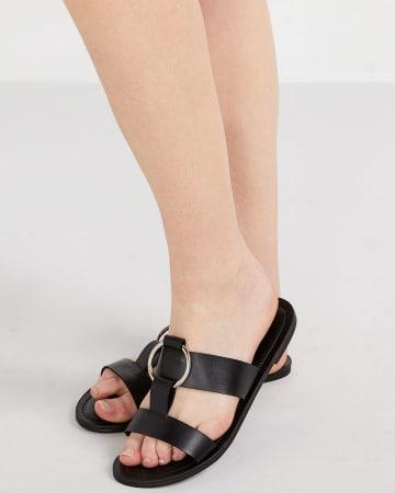 Sandale à anneau métallique