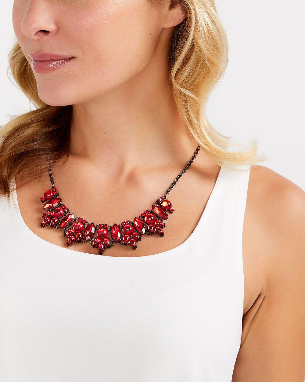 Collier à pierres rouges