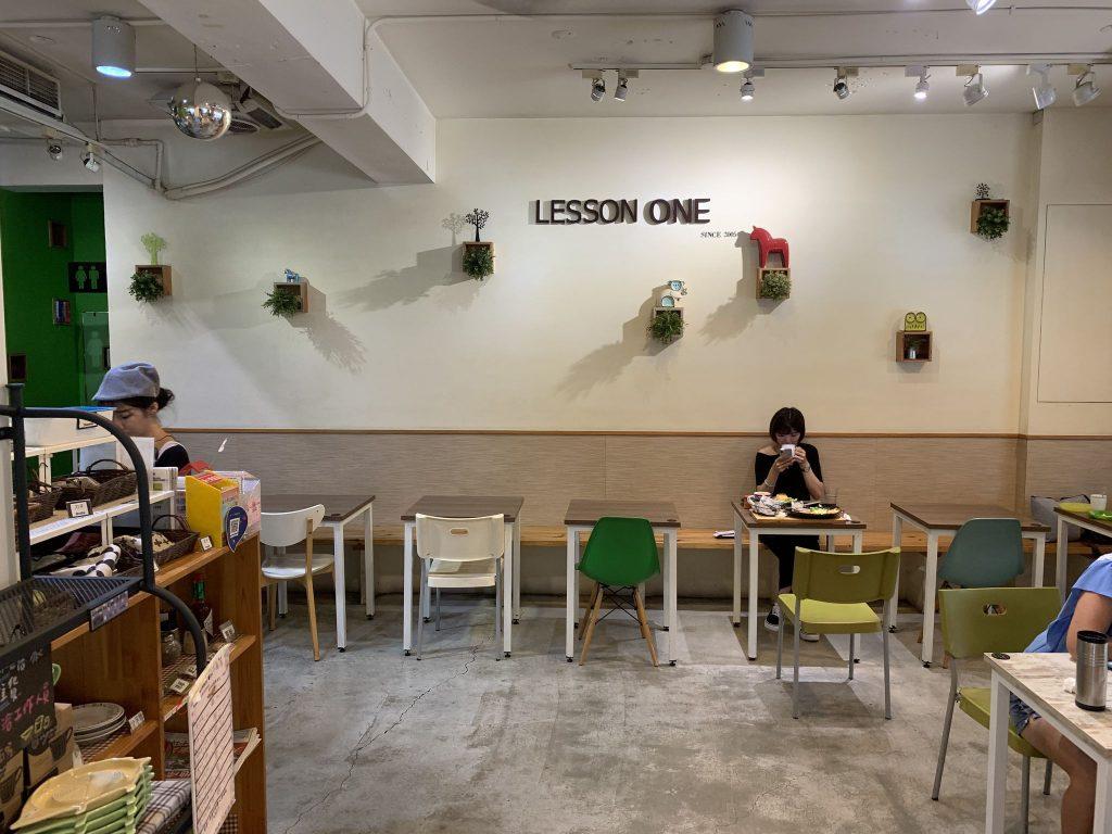 簡潔空間佈置,座位多是兩人座,也很適合情侶在假日來一場早餐約會
