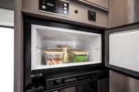 Doppeltür - Kühlschrank mit viel Platz. Auch mit Gas zu betreiben, dass sichert die vollkomene Unabhängigkeit im Urlaub...