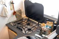 Kochkurs inklusive - der Carado T 69 hat einen dreiflammigen Gasherd, daneben findet sich die Spüle und viel Platz in den Schränken.