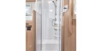 Eine Besonderheit in dieser Klasse: Dusche und Sanitärraum sind getrennt. Duschen ohne lästige Vorhänge oder z.B. eine Toilette oder einem Waschbecken im Weg...