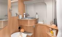 Komfortabel im Wohnmobil Pössl Roadcruiser B - Nasszelle mit Dusche, Toilette, Waschbecken