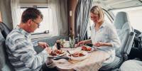 Guten Appetit - dank vollständig ausgerüsteter Küche im Wohnmobil.