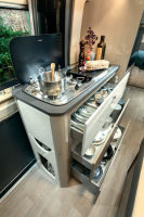 Chausson 594 MAX Küche - Alles was Camping auch zu einem kulinarischem Erlebnis werden lässt - 2flammiger Herd, Spüle, Kühlschrank und viel Platz