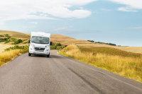 Mit nur 6,90 Metern Länge lässt sich dieses Wohnmobil dynamisdch fahren. Und bietet trotzdem Luxus für zwei und Komfort für 4 Personen.