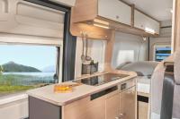 Damit auch für das leibliche Wohl beim Campingurlaub gesorgt ist - Küchenzeile mit zweiflammigem Gasherd, Spüle und Kühlschrank inkl. Gefrierfach...