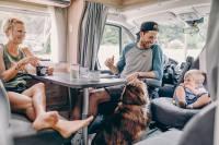 So lässt sich aushalten - dieses Wohnmobil bietet mit der komfortablen Sitzgruppe genügend Platz (auch für den Hund...).