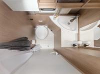 Dusche, Toilette, Waschbecken - ein vollständig ausgestattetes Bad ist bei diesem Camper mit an Bord...
