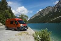 """Unsere Pössl Roadcar 600 und 640 für bis zu 3 Personen sind die Alternative zum VW California. Kompakt, wendig und doch ausgestattet wie ein """"großes"""" Wohnmobil:<br /> - im Heck ein festes Doppelbett<br /> - Dusche und Toilette<br /> - Küche mit Gasherd, Spüle, Kühlschrank und viel Stauraum<br /> - viel Stauraum in Innenbereich für Ihre persönlichen Sachen<br /> - Radio + CD + z.T. Rückfahrkamera<br /> - großer Kofferraum<br /> - große Markise<br /> - auf Wunsch Fahrradträge"""
