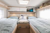Hier schläft es sich gut im Wohnmobil - das Doppelbett lässt sich mit wenigen Handgriffen in ein Kingsizebett umbauen. Größe ca. 2 Meter x 2 Meter