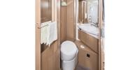 Der Sanitärraum im Camper bietet Toilette, Waschbecken, viele Ablagen. Bequem ist, dass das Wohnmobil einen separaten Duschraum hat.