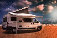 Unsere Pössl 2Win mit zusätzlichem Hubdach für bis zu 4 Personen sind eine tolle Alternative zum VW California. Kompakt, wendig und doch mit allem ausgestattet, was ein gutes Wohnmobil für einen schönen Urlaubh für bis zu 4 Personen braucht:<br /> - Im Heck ein Doppelbett und im Hubdach ein Doppelbett<br /> - Dusche und Toilette<br /> - Küche mit Gasherd, Spüle, 80 Liter Kühlschrank und viel Stauraum<br /> - Viel Stauraum für Ihre persönlichen Sachen und ein großer Kofferraum<br /> - Radio + CD + Rückfahrkamera<br /> - große Markise