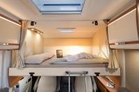 In dem Wohnmobil Sunlight T68 wird abends einfach das Hubbett herunter gezogen - fertig ist das Bett für zwei weitere Personen...