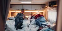 Machen Sie es sich gemütlich - das hintere Bett im Carado T447 lässt sich sowohl als Doppelbett wie auch als KIngsize - Bett mit ca. 2 x 2 metern nutzen.
