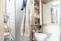 Bei diesem Wohnmobil sind der Sanitärraum mit Toilette und Waschbecken getrennt von der Dusche. Die separate Duche macht das alles sehr komfortabel im Campingurlaub.