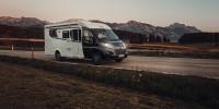 Der Camper lässt sich zu jeder Tageszeit gut bewegen. Gerade lange Fahrten sind mit diesem Wohnmobil komfortabel...