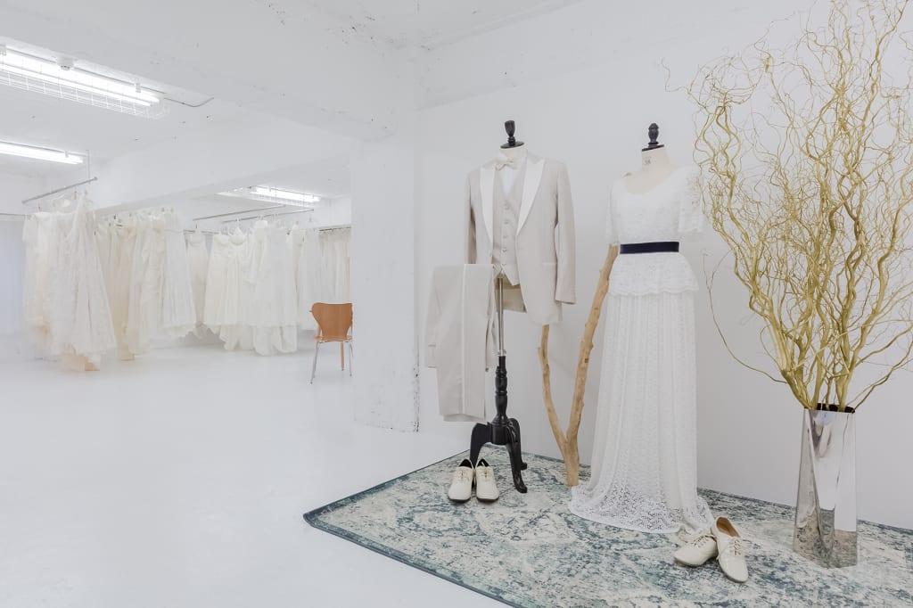 [フィッティングルーム]数あるドレスや着物そしてアイテム類をたくさん試着して