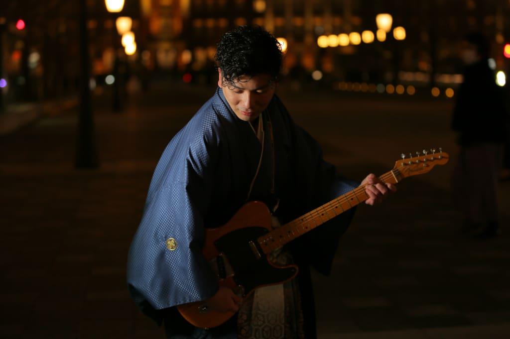 ご新郎様のアップとギター